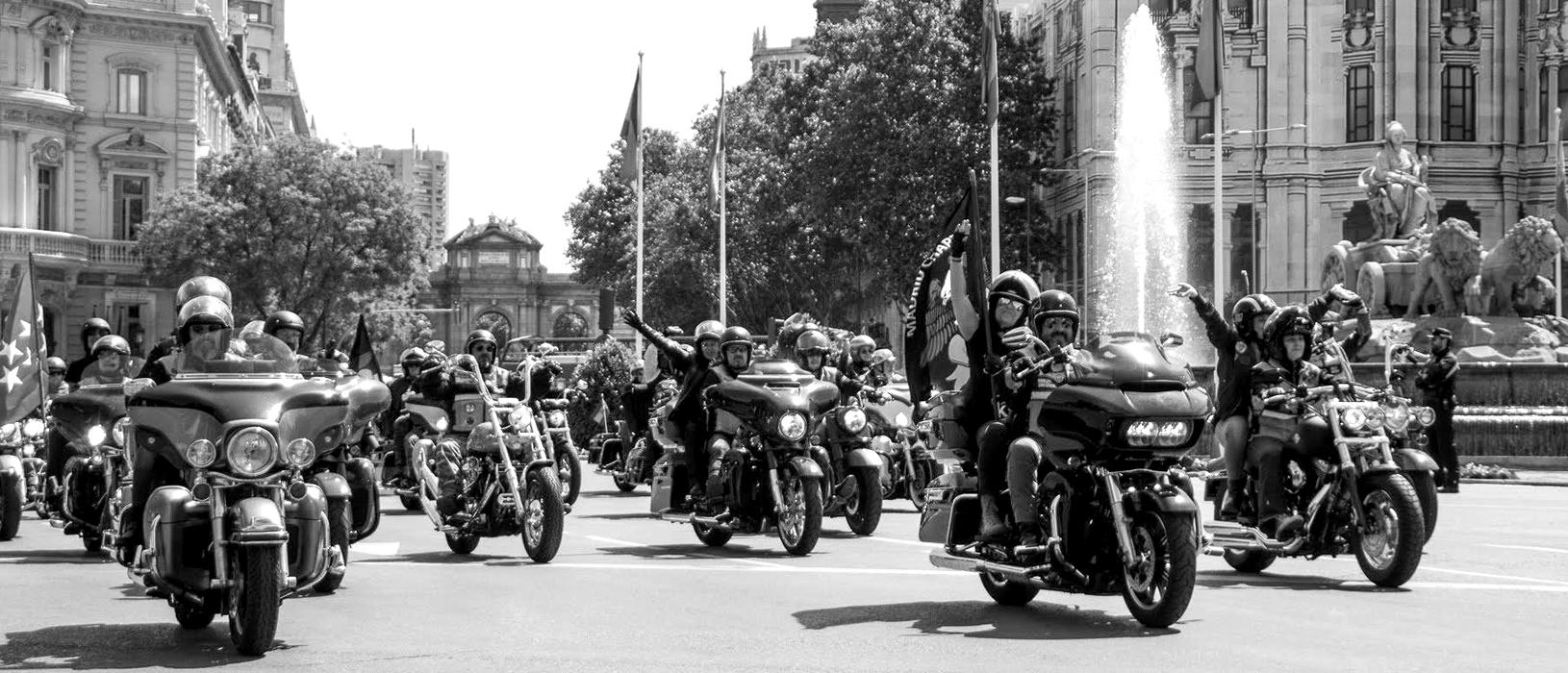 motos desfilando junto a Cibeles