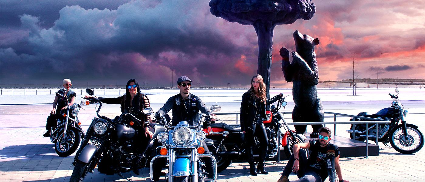 Socios y motos junto al nuevo Oso y Madroño