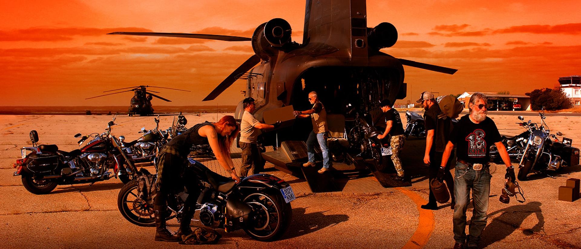 Moteros junto a un helicóptero en la base aérea FAMET