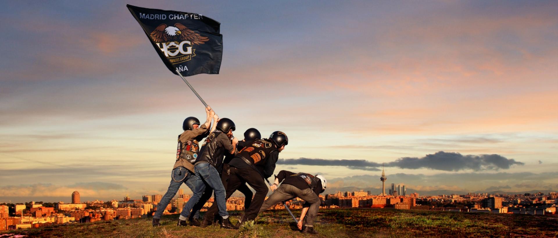 Socios levantando la bandera del Chapter estilo Iwo Jima